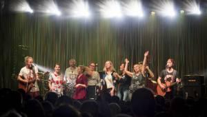 Tomáš Klus rozsvítil Brno. Na startu turné SpOlu zpíval i bavil, došlo také na žádost o ruku
