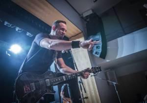 Tremonti v Brně rozvášnili fanoušky, nezastavila je ani zlomená žebra kytaristy