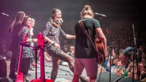 Tomáš Klus zpíval a tančil SpOlu s plzeňskými fanoušky