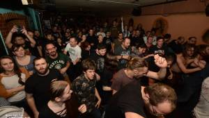Pivo, punk a pogo: Předvánoční koncert Znouzectnosti a N.V.Ú. obsadil Vagon