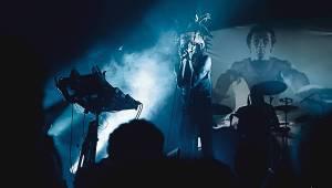 IAMX v Brně: Skvělá hudba i atmosféra, hra světel a k tomu polonahá těla