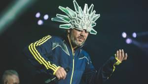Jamiroquai strhli O2 arenu vlnou funku, Jay Kay s indiánskou čelenkou na hlavě roztančil celou halu