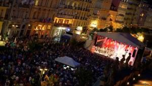 MFF Karlovy Vary: Miro Žbirka se symfonickým orchestrem zaplnili kolonádu, Jiří Bartoška děkoval městu
