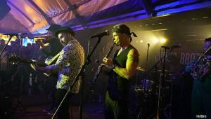 MFF Karlovy Vary: Zahráli Circus Brothers, na kolonádě se proběhli vrchní