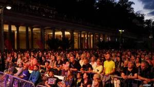 MFF Karlovy Vary se blíží do finále: Svými koncerty bavili Chinaski i Kapitán Demo