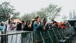 Druhý den pardubického Létofestu oslavoval Tomáš Vartecký z Wanastowek narozeniny, UDG se polévali vodou. Program uzavíral Divokej Bill