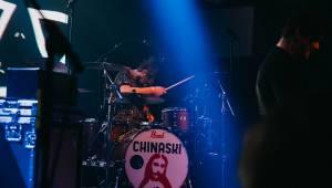Chinaski zahráli ve vyprodaném Lucerna Music Baru a všude stříkal pot