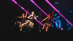 Božská Lindsey Stirling hrála a tančila v O2 universum. Představila se jako Artemis