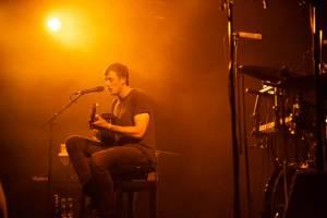 Londýnský písničkář Charlie Cunningham, který ohromil na Colours of Ostrava, vystoupil v NoDu