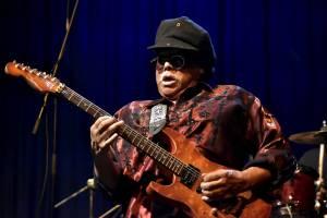 Al McKay's Earth, Wind & Fire roztančili Lucernu v rytmu třpytivého funku