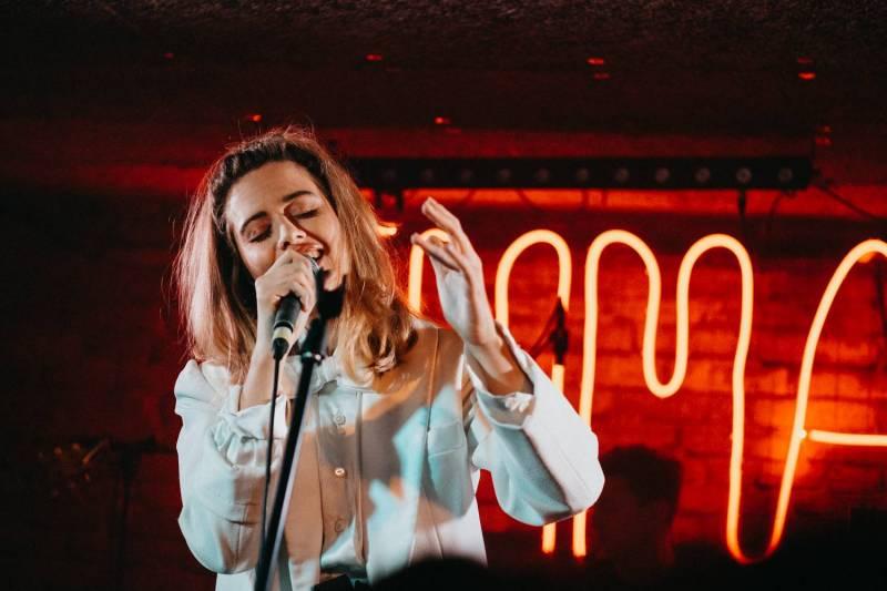 Emma Smetana ve vyprodaném Café V lese představila i nové písně