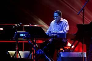 Držitel čtrnácti Grammy Herbie Hancock uhranul O2 universum osobitým pojetím jazzu