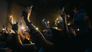 Charli XCX v Praze twerkovala a k vidění byla i líbačka na pódiu