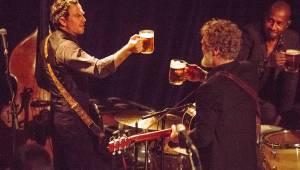 Glen Hansard jako pohanský bůh si v Divadle Archa  připíjel pivem