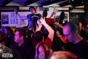 Papagájův punk: předvánočnímu řádění v Modré Vopici vládli Wosa, Falešný obvinění nebo P.U.M.