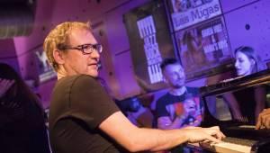 Xavier Baumaxa rozhoupal vyprodaný Jazz Dock na vlnách svých písní