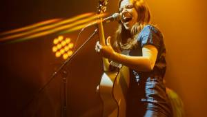 Písničkářka Jade Bird v Praze potvrdila, že je zásadním hlasem své generace