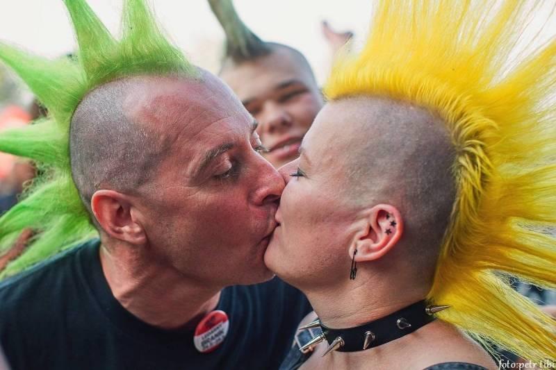 Když se ještě mohlo ven   Petr Tibi v punkovém zákulisí s Plexis a Třemi sestrami, ale i na stadionu s Kabátem