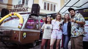 Rock For People začalo, Gaia Mesiah zahrála z pojízdného kamrlíku
