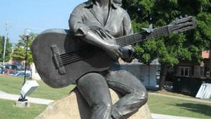 TOP 15 | Svrhnout, či nesvrhnout? Obludné i povedené sochy Kurta Cobaina, Michaela Jacksona, Chrise Cornella a dalších