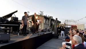 Západ slunce a Avishai Cohen na střeše Lucerny. Tak začal festival Struny podzimu