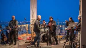Mňága a Žďorp vystoupila společně s Miro Žbirkou na střeše brněnských trojčat. Aplaus fanoušků byl slyšet i z přilehlých ulic
