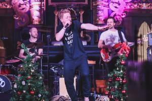 Tomáš Klus hrál v Táboře nové písně, jsou určeny Zemanovi a Babišovi