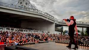 První koncert po lockdownu: Chinaski a Pavel Šporcl rozjásali holešovické publikum, bavili také akrobaté