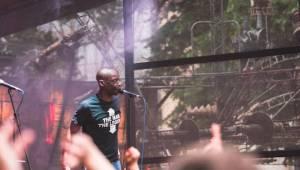 N.O.H.A. zvedla fanoušky ze židlí, koncert před Cross Clubem byl plný energie