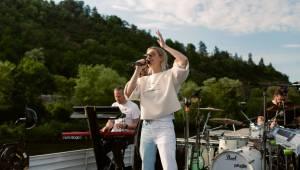 Bára Poláková to rozjela na lodi, koncert poslouchali i lidé na břehu