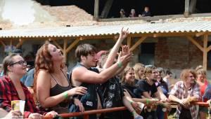 Totální punková jízda - to byl druhý den Kravín Festu