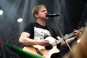 Tomáš Klus rozezpíval Ledárny Braník, na pódium si pozval manželku Tamaru