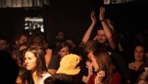 Smích, jásot i rytmické tleskání. To byli Mighty Oaks v pražském Rock Café
