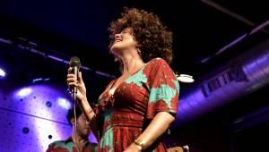 Jazz kořeněný New Yorkem, Paříží i Karibikem zněl vyprodaným Jazz Dockem v podání Cyrille Aimée