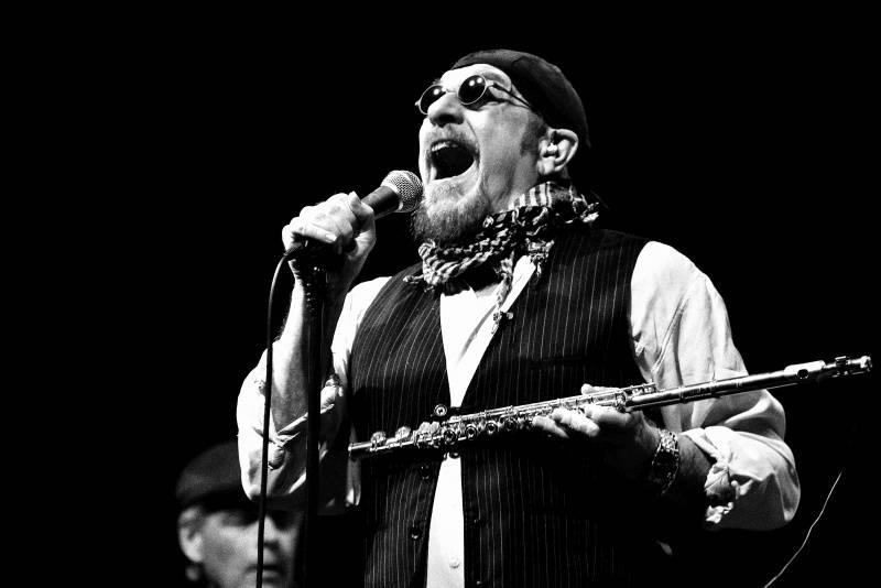 LIVE: Ian Anderson v Praze kouzlil s hity Jethro Tull i s flétnou. A měl virtuální hosty