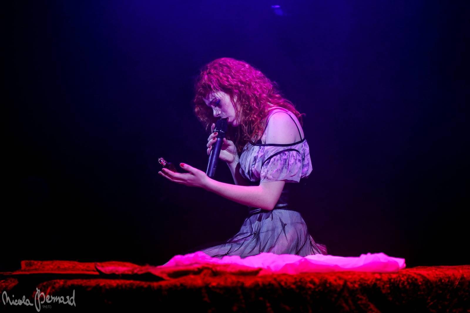 LIVE: Akrobacie, oheň a sexy jeptišky - Romeo a Julie se oblékli do rockového kabátu