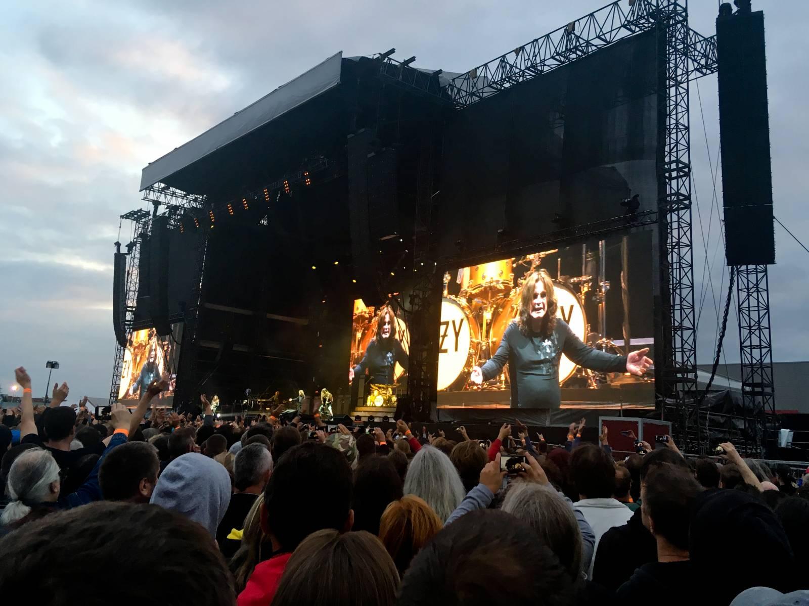 LIVE: Ozzy Osbourne byl v Letňanech plný energie, zazpíval i hity Black Sabbath. Johnny Depp pokuřoval doutníky