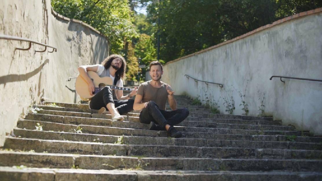 TOP 8 videoklipů týdne: Frontman Rybiček 48 žádá o ruku, o slovo se hlásí mladíci Sofian Medjmedj a John Wolfhooker