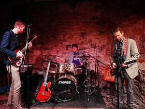 Špinaví lůzři v Chapeau Rouge: Žádný křest alba, ale pouze nalezení songů určených do odpadu
