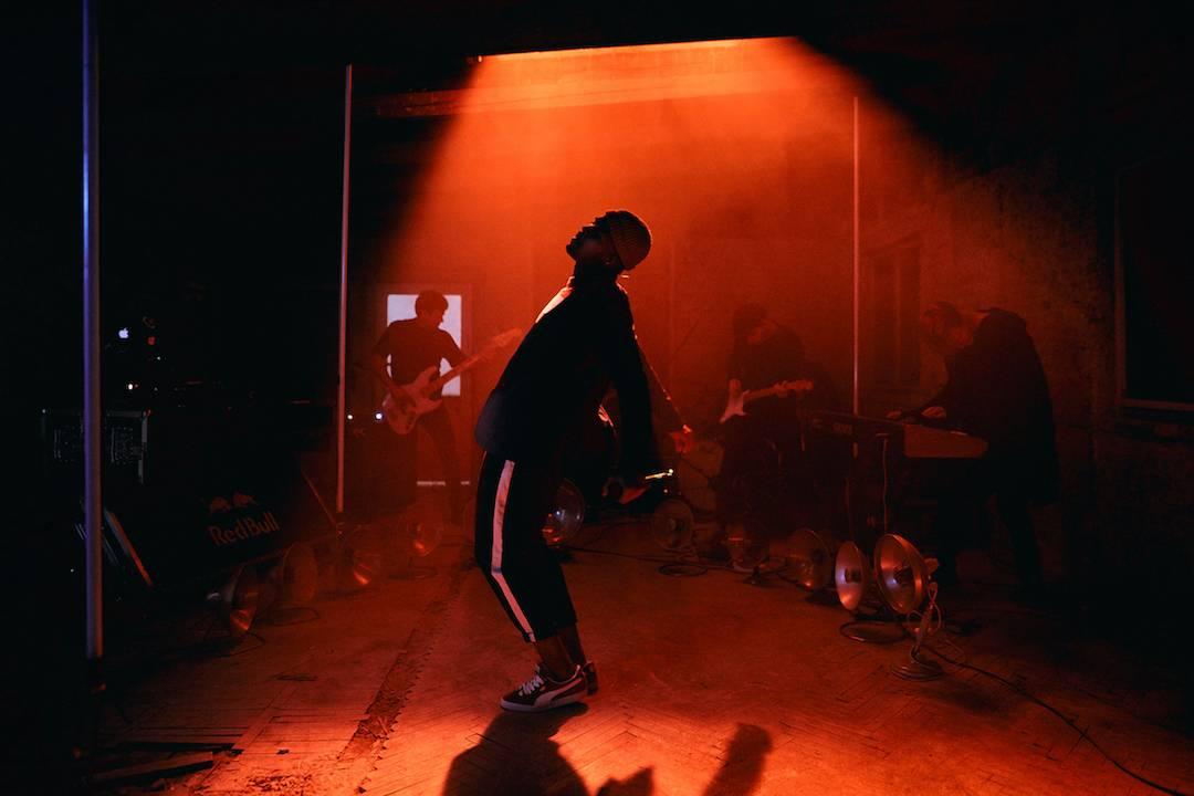 VIDEO: Ben Cristovao vydává trochu jiné videoklipy. Živě s kapelou představuje Nohy