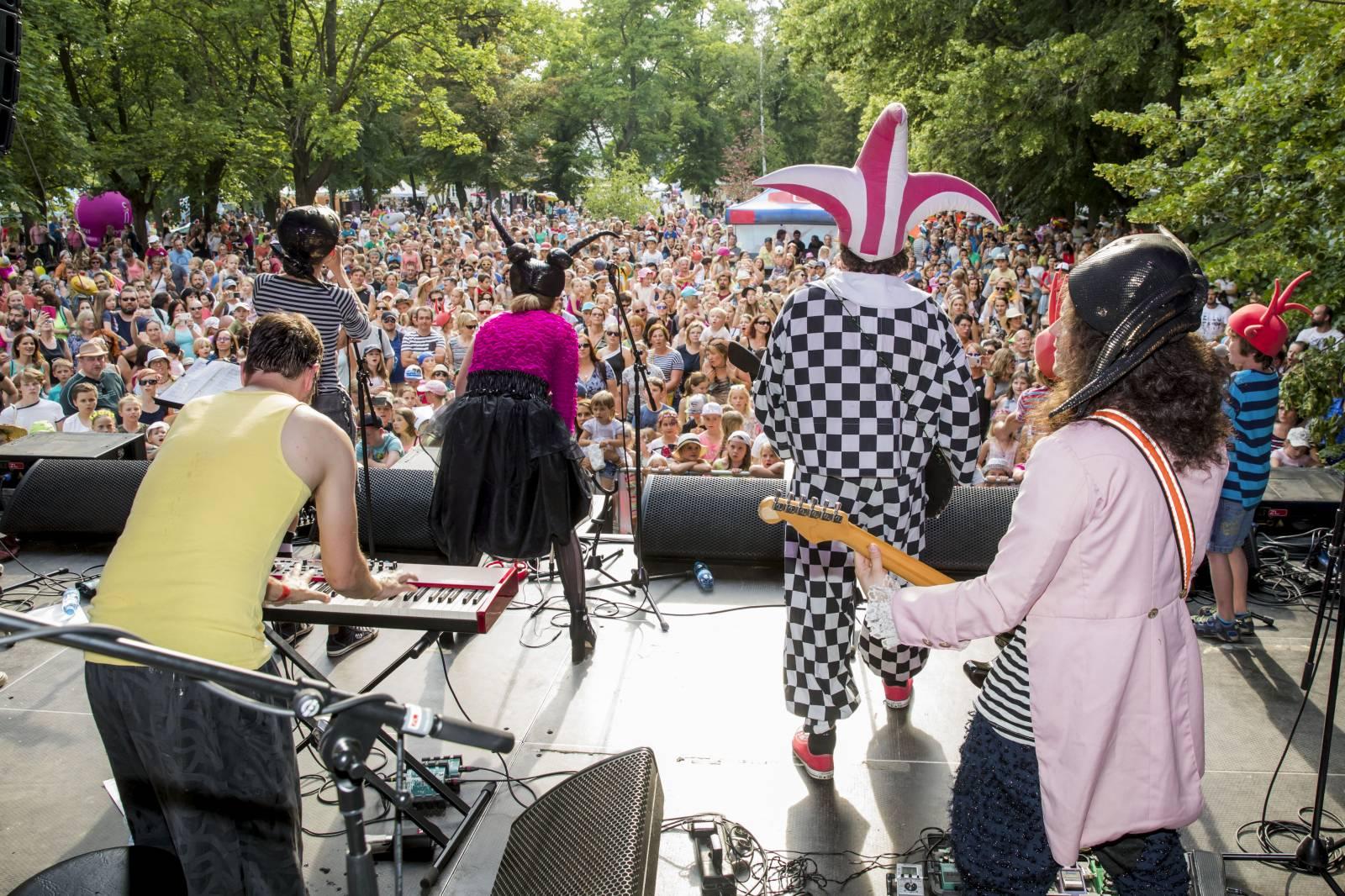 Festival Mezi ploty láká na Tomáše Kluse, Divokej Bill, Barboru Polákovou, Kašpárek v rohlíku i rodinnou zábavu