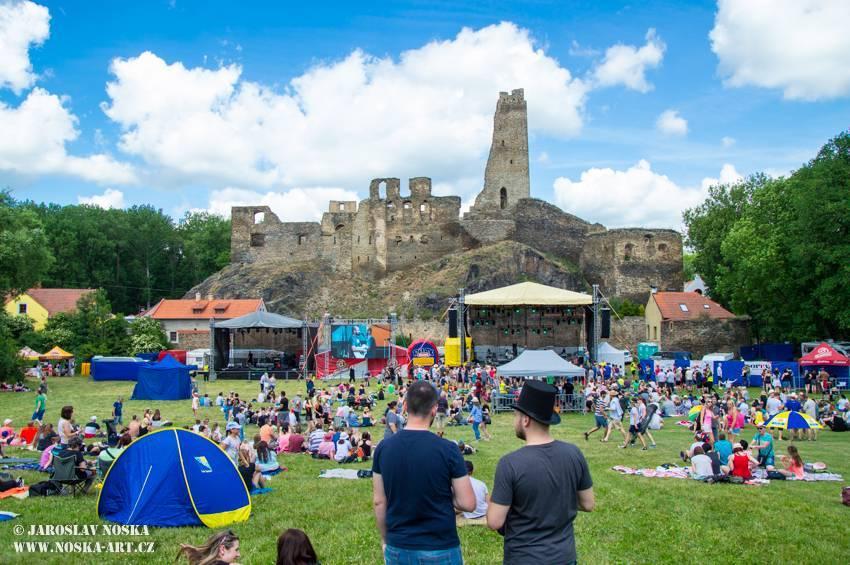 TOP 7 jarních open airů: Kabát oslaví na turné třicetiny, bohatý program chystá Metalfest i Okoř se šťávou