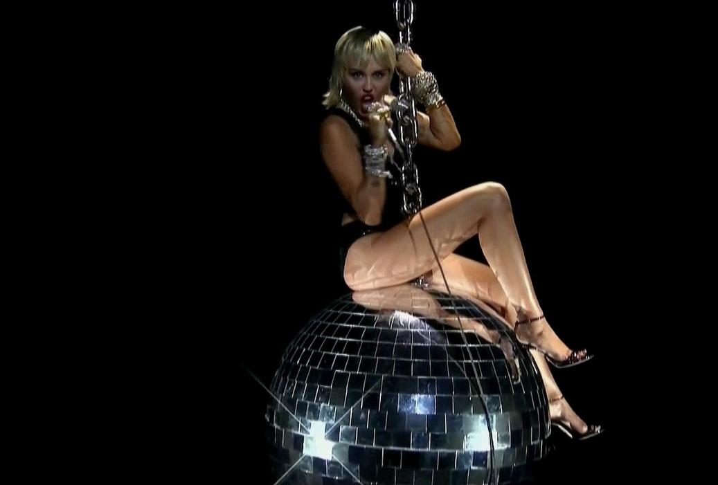 MTV Video Music Awards 2020: Nejvíce nominací proměnili BTS a Ariana Grande. Miley Cyrus se houpala na disko kouli a The Weeknd zpíval na střeše