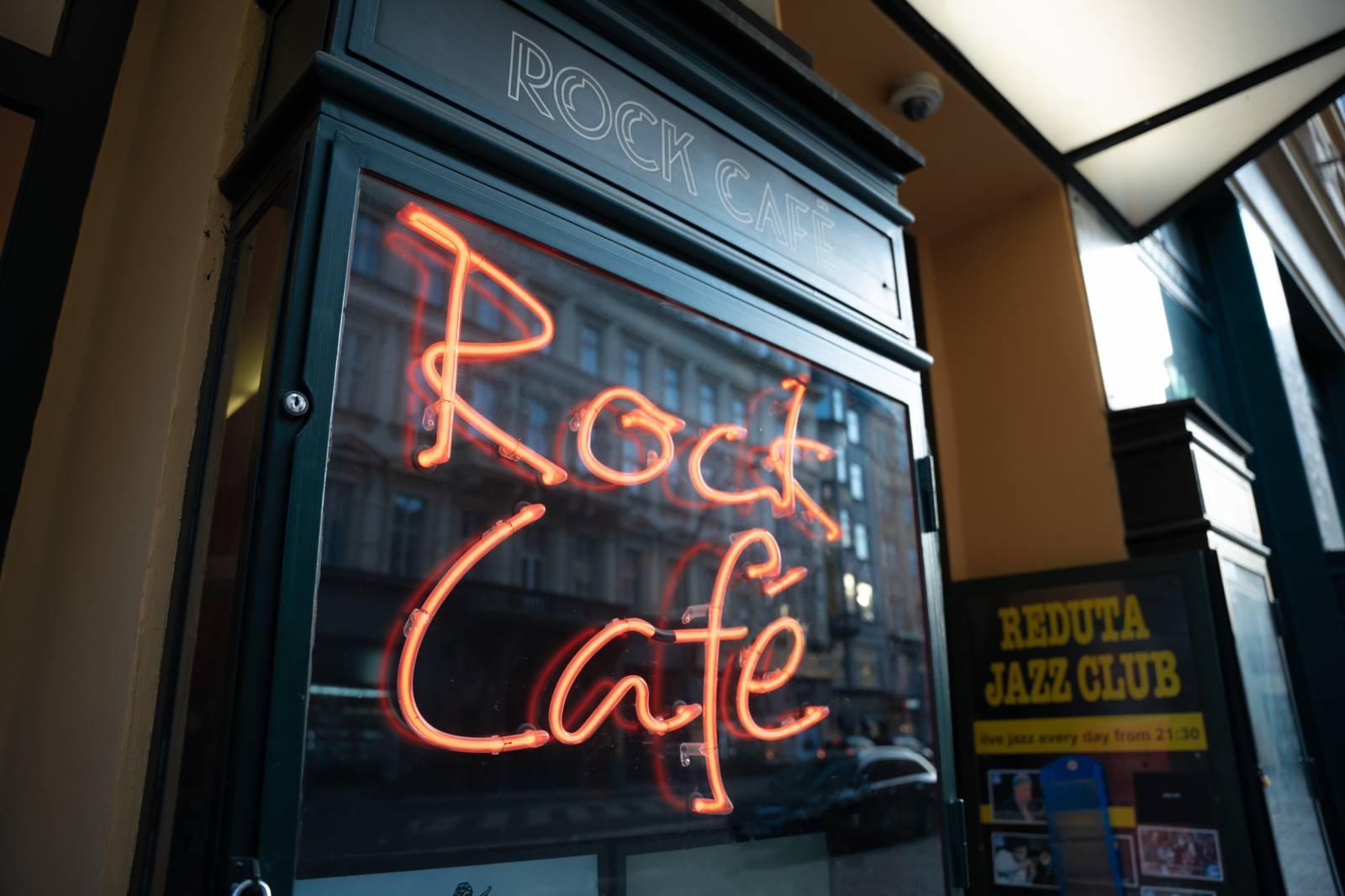 Rock Café stále září Národní třídou, Srdcařská okénka přivítají Vavřince Hradílka nebo Vladimíra Polívku