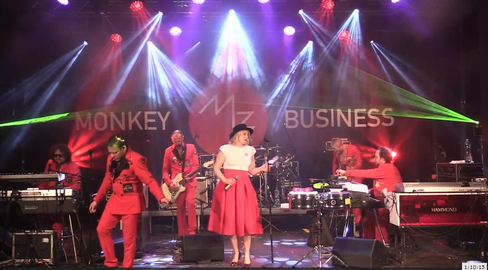 LIVE: Monkey Business v živém streamu roztančili obýváky a pokřtili novou desku. Jako hosta si pozvali Ewu Farnou