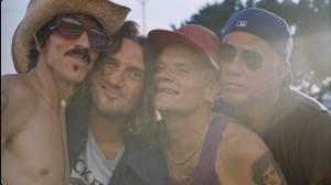 BIZÁR TÝDNE: Red Hot Chili Peppers zvou své fanoušky na turné bláznivým videem