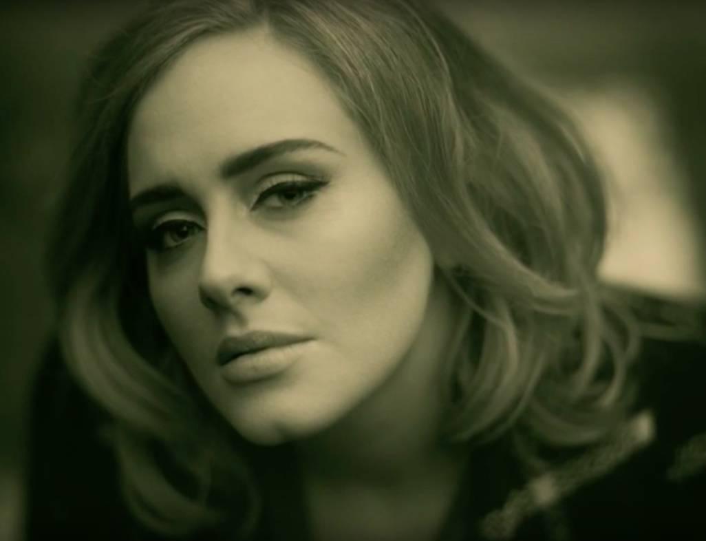 Adele už zase láme rekordy. Překonala i Taylor Swift