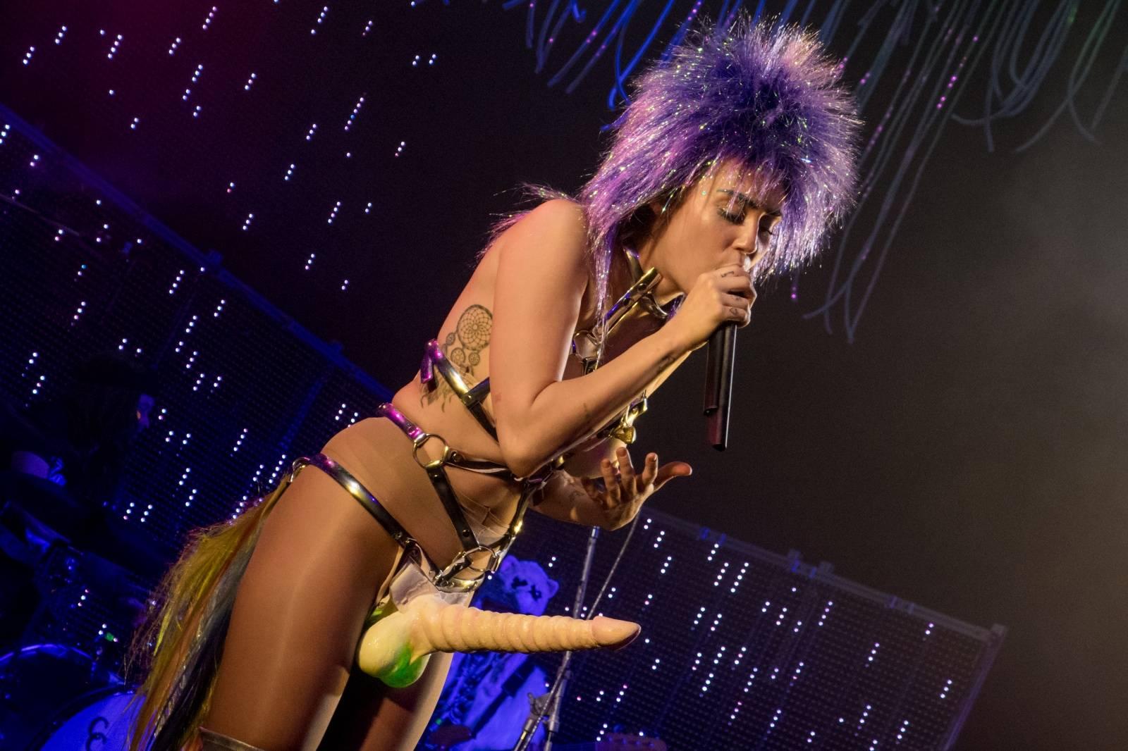 Miley Cyrus ho má! Zpěvačka na novém turné konečně odhalila svůj pyj