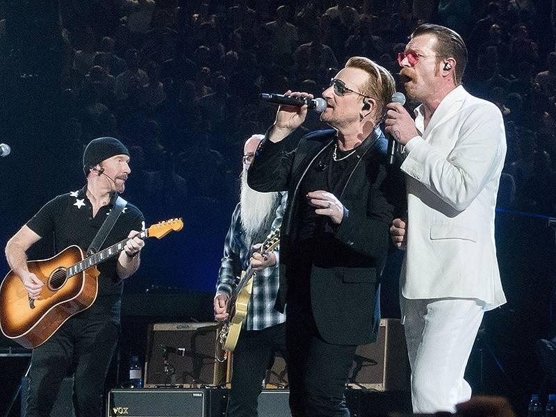 Eagles Of Death Metal se po teroru vrátili do Paříže, na pódium je pozvali U2