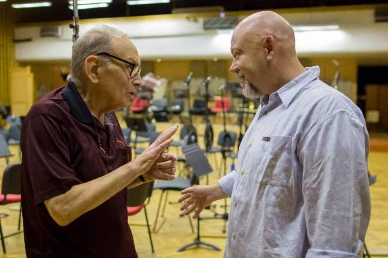 Ennio Morricone získal Zlatý glóbus za hudbu k Osmi hrozným, kterou nahrával v Praze